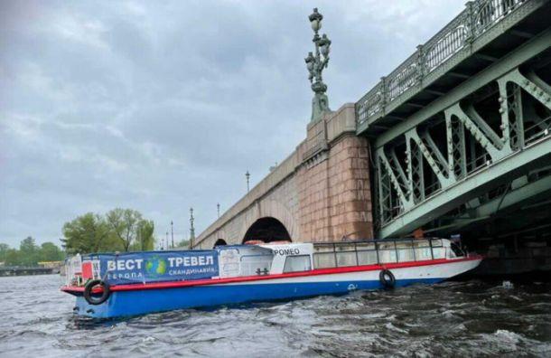 Прогулочный теплоход врезался в Троицкий мост