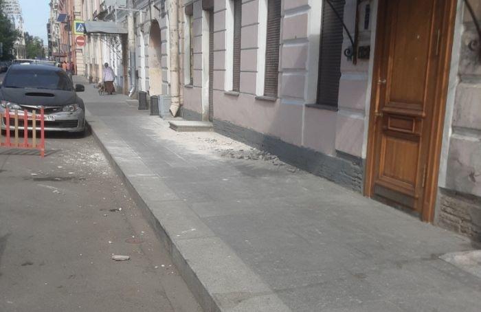 Недалеко отшколы вцентре Петербурга обвалилась лепнина