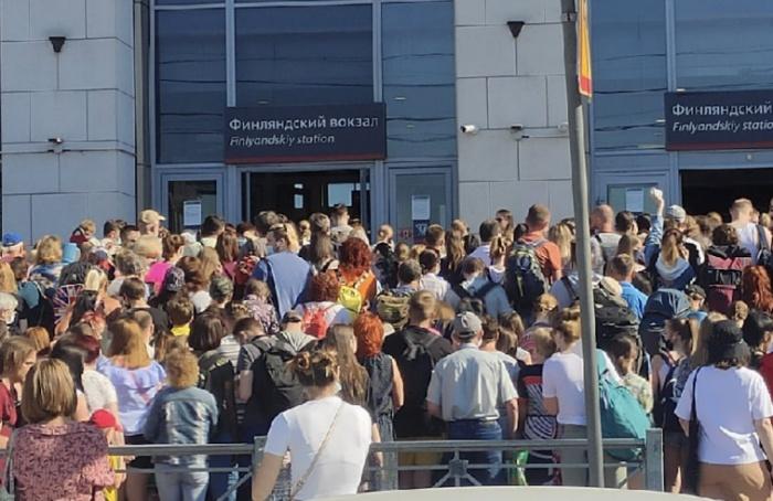 У Финляндского вокзала возникла очередь из желающих попасть внутрь