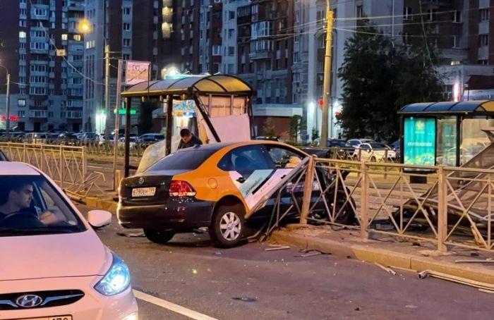 Каршеринговый автомобиль снес остановку наулице Савушкина