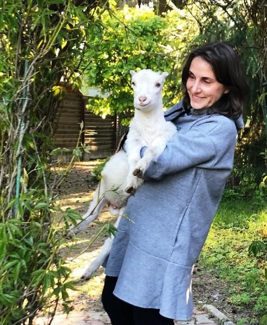 Анна Кондратьева с козликом-потеряшкой (1).jpg