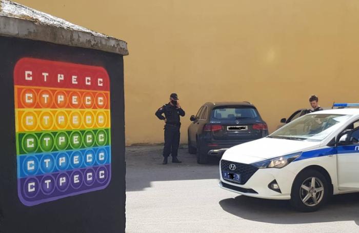 Искусствоведы впогонах: полиция осматривает новый стрит-арт наЛиговском