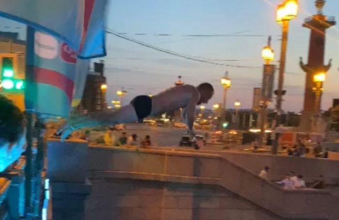 Двое мужчин ныряли вНеву смоста после поражения российской сборной наЕвро-2020
