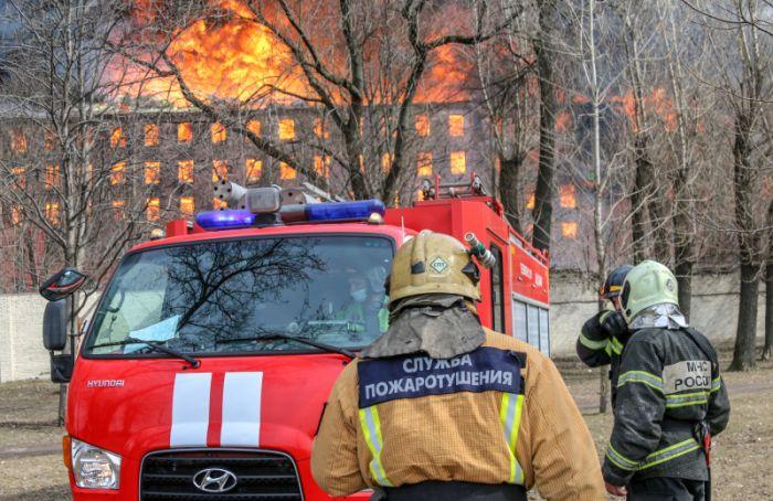 Пожарных, пострадавших при тушении Невской мануфактуры, перевели изреанимации