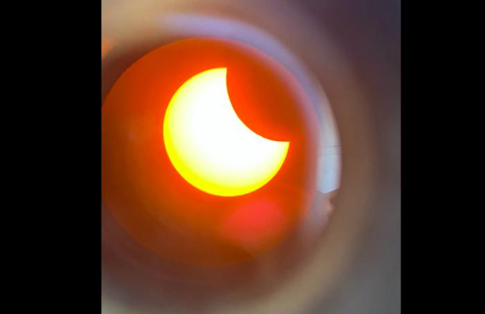 Петербуржцы поделились фотографиями солнечного затмения