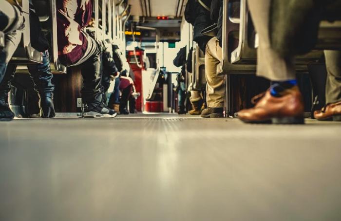 Видео: впетербургском автобусе девушка упала вобморок икней никто неподошел