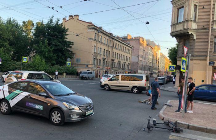 «Сошлись две беды»: вПетербурге электросамокатчик попал под колеса каршеринга