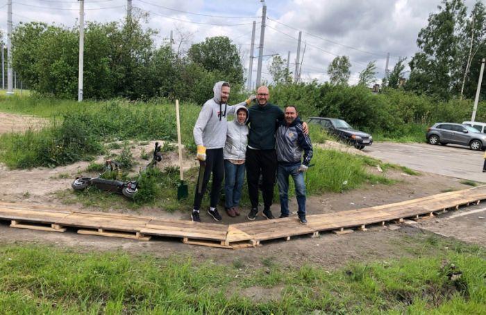 Жители Ржевки своими силами проложили мост-дорожку костановке «Чижика»