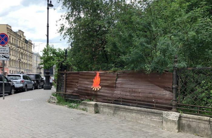Проблемные памятники вцентре Петербурга стали помечать знаком костра