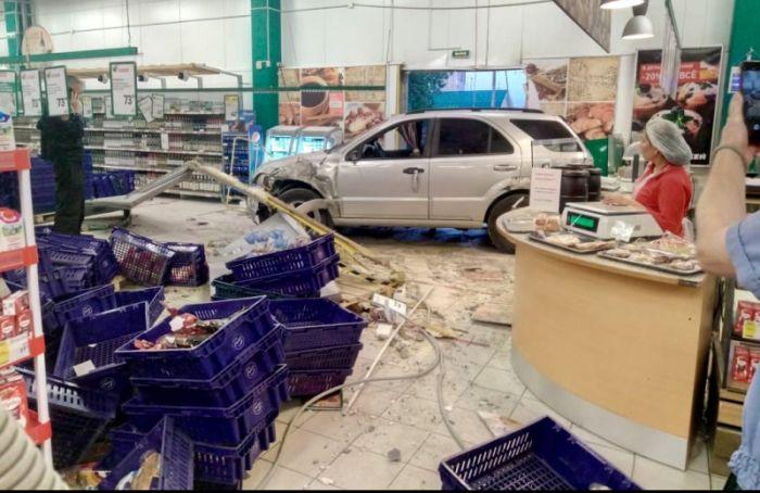 Автомобиль влетел вздание гипермаркета напроспекте Космонавтов