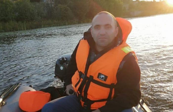 Моторная лодка сдвумя людьми наборту перевернулась вФинском заливе
