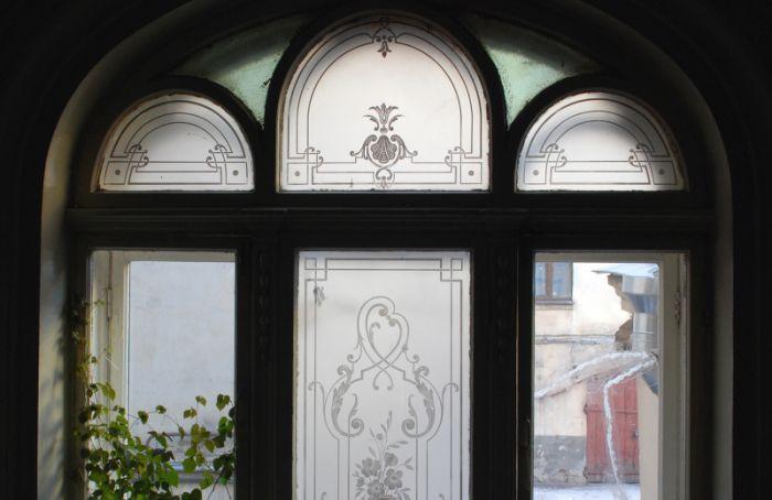 У КГИОП спрашивают, куда делись старинные травленые стекла в доме Набоковой