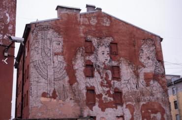 ВПетербурге закрасили граффити «Женская власть»