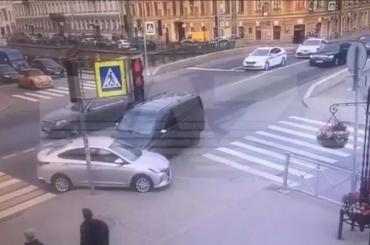 Машина изкортежа устроила ДТП вцентре Петербурга вовремя ПМЭФ