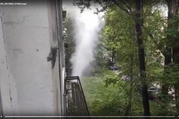 Фонтан кипятка высотой дочетвертого этажа забил наулице Костюшко