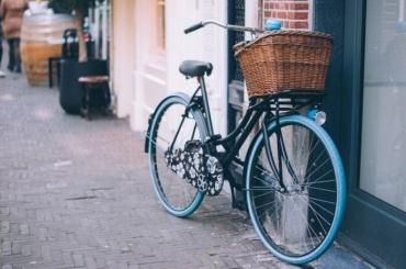 Велосипедист сбил 77-летнюю пенсионерку напроспекте Просвещения