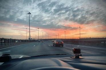 Таймлапс: петербурженка показала, как выглядит КАД вбелую ночь