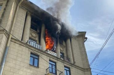 Видео: пожарные спасли женщину идвоих детей изгорящей квартиры наСтачек