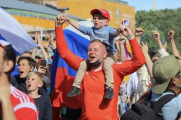 Фан-зона наКонюшенной заполнилась футбольными фанатами еще доигры