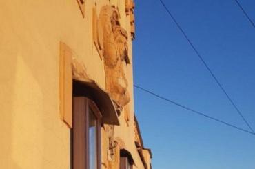 Коммунальщики сбили лепнину сдоходного дома Орлова наВознесенском проспекте