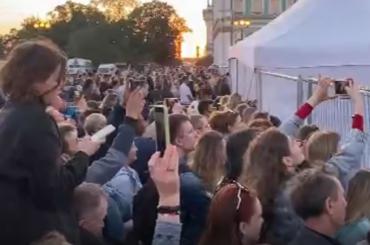 Петербуржцы возмущены мерами ковид-безопасности наконцерте наДворцовой