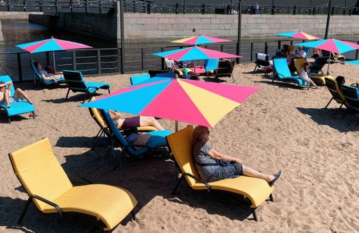 ВНовой Голландии открыли пляж спальмами, лежаками идушем