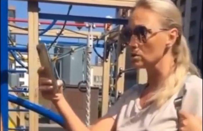 Женщина устроила скандал, увидев надетской площадке детей сособенностями