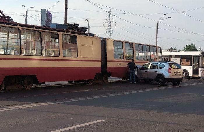 Автолюбитель врезался втрамвай наулице Дыбенко