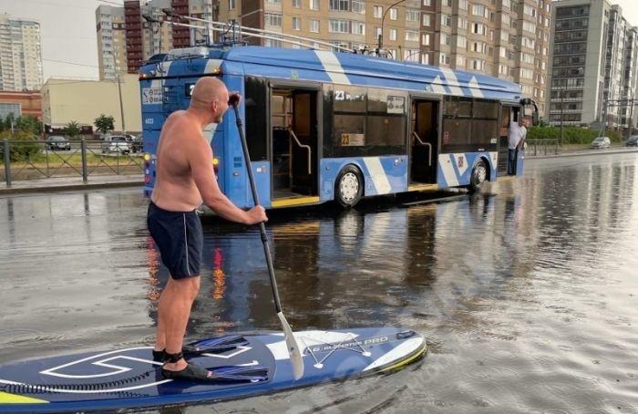 Вовремя грозы вПетербурге затопило станцию «Рыбацкое» идороги
