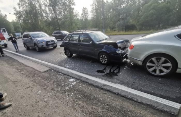 НаПриморском шоссе «Жигули» столкнулись сBentley