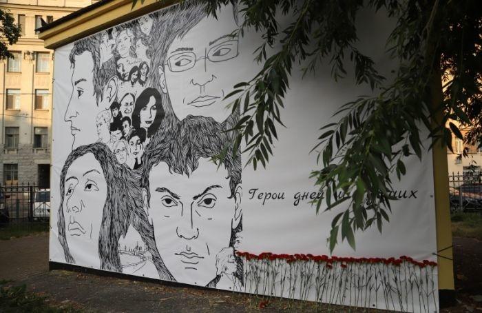 ВПушкарском саду 5 часов провисел баннер спортретами застреленных активистов