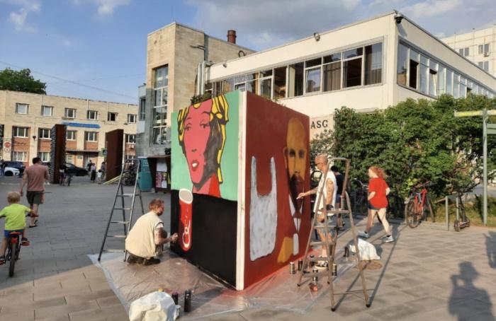 В «Севкабеле» создали инсталляцию, посвященную Энди Уорхолу