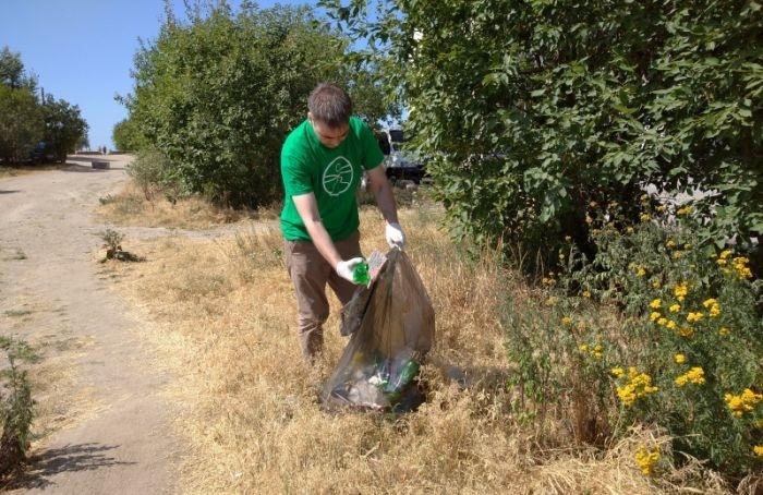 Два бака экологически вредных отходов собрали вустье реки Смоленки