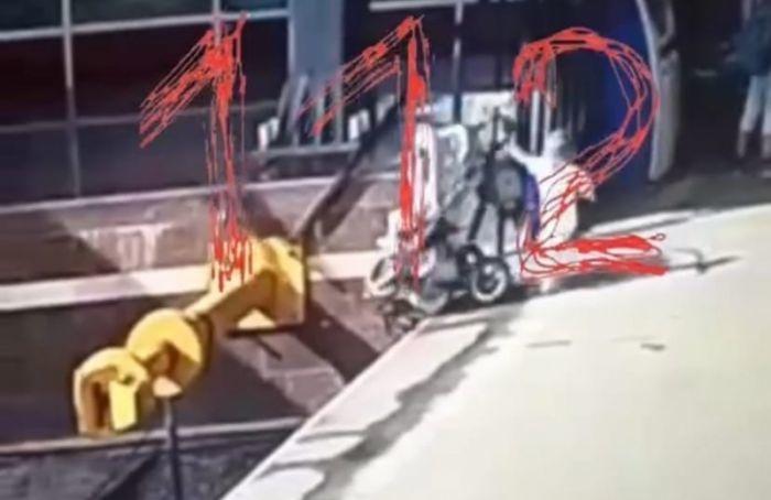 Видео: два ребенка упали нарельсы наМосковском вокзале