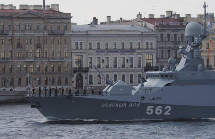 Центр Петербурга перекрыт до14:00 из-за репетиции военно-морского парада