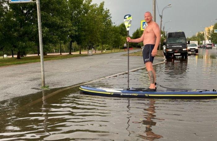 «Глубины хватает»: петербуржец прокатился полужам наSUP-борде