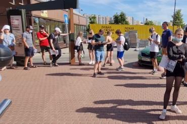 Жители города Кудрово стоят вочереди навакцинацию забесплатный месяц вфитнес-клубе