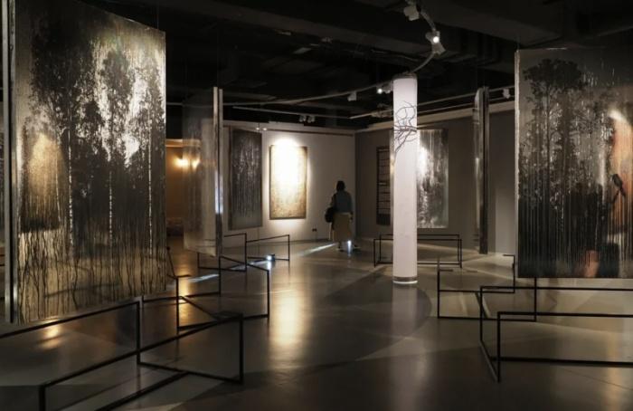 Художник создал свои работы измусора, воды икокаина— в«Эрарте» новая выставка