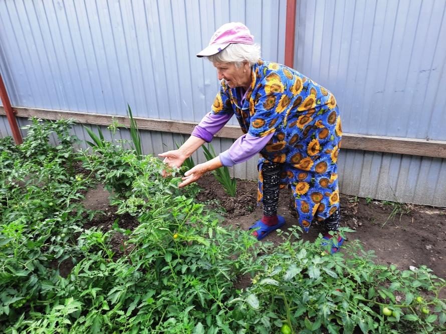 Наталья Михайловна на своем огороде.jpg