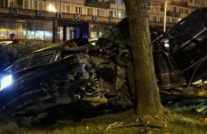 «Мерседес» врезался вдерево ночью наГражданском проспекте