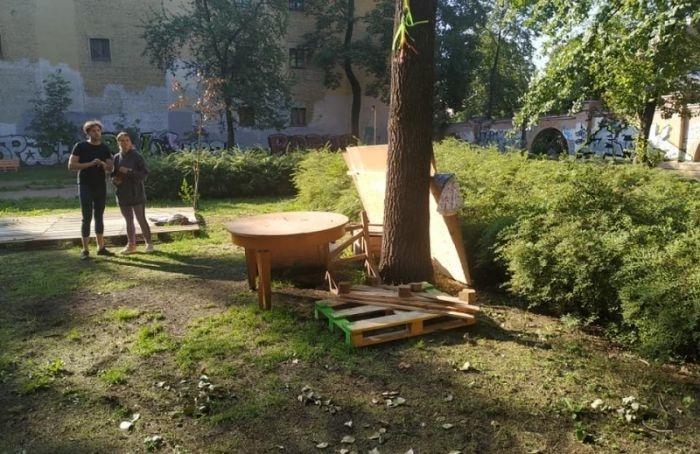 Изсквера наВасильевском острове попытались вывезти скамейки