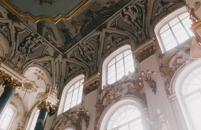 Благодаря «Пушкинской карте» молодые люди смогут покупать билеты втеатры, музеи инаконцерты