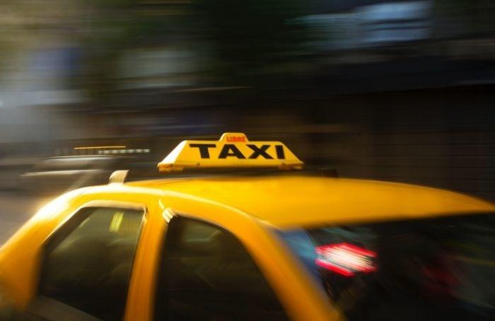 Таксисты смогут легально возить пассажиров между Петербургом иЛенобластью