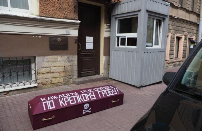 Другороссы принесли гроб кконсульству Казахстана вПетербурге