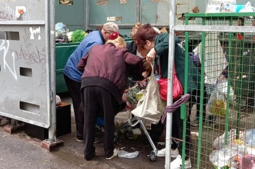 НаВасильевском острове пенсионеры расхватали просрочку измусорки