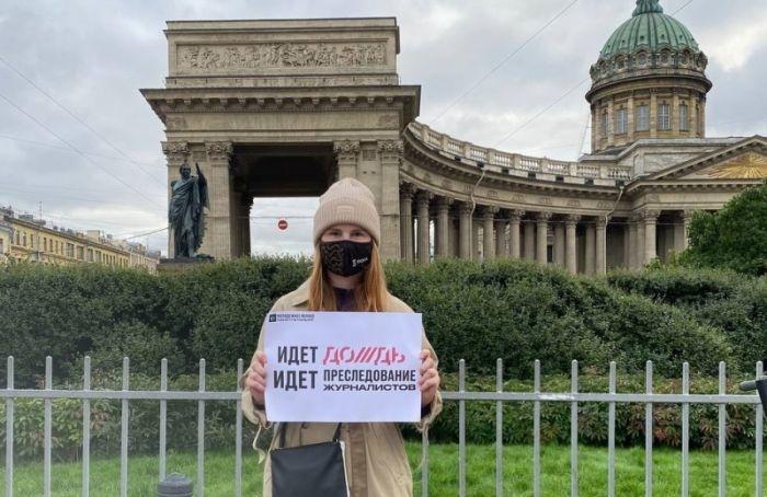 Пикетчиков вподдержку телеканала «Дождь» задержали вцентре Петербурга