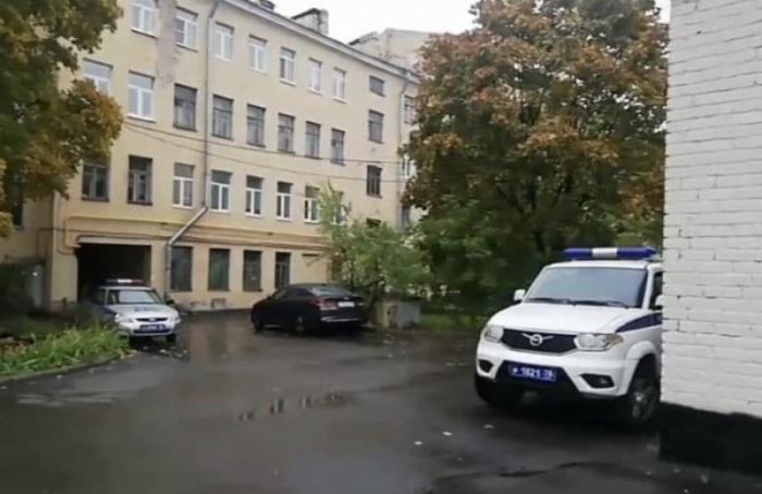 Уотделения КПРФ дежурят несколько нарядов полиции