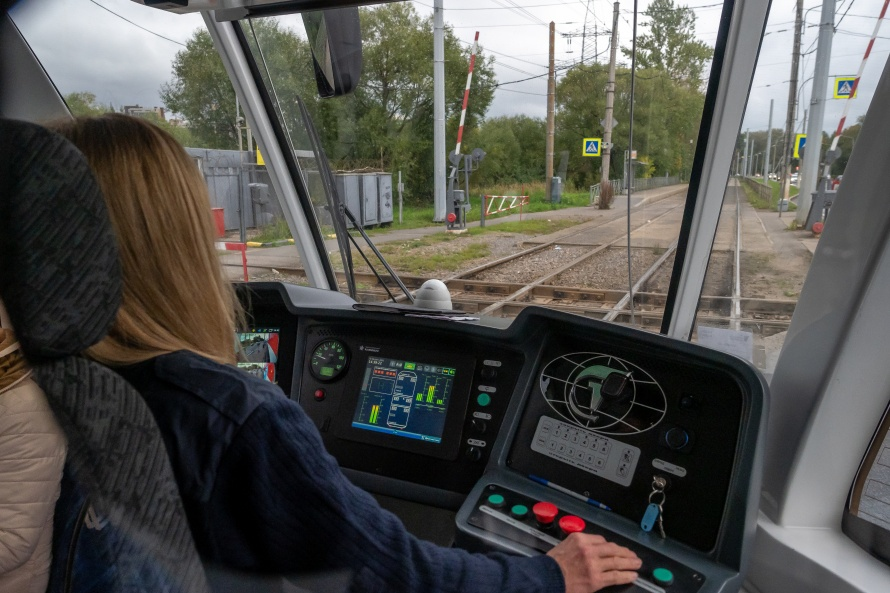 Трамвай_проезд_водитель_кабина_ZOV_32459.jpg