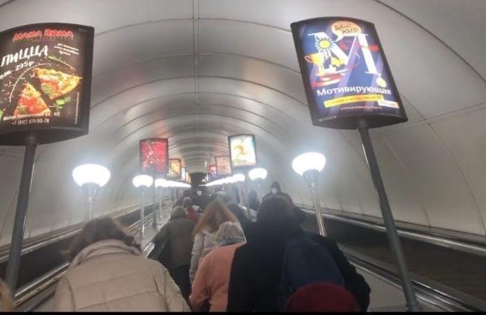 Эскалаторы наодном извыходов с«Невского проспекта» перестали работать