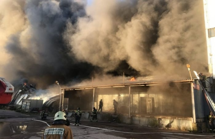 Пожарные несколько часов тушат полыхающие склады вМосковском районе